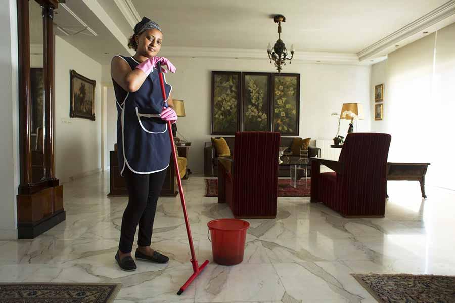 mujer de la limpieza limpiando
