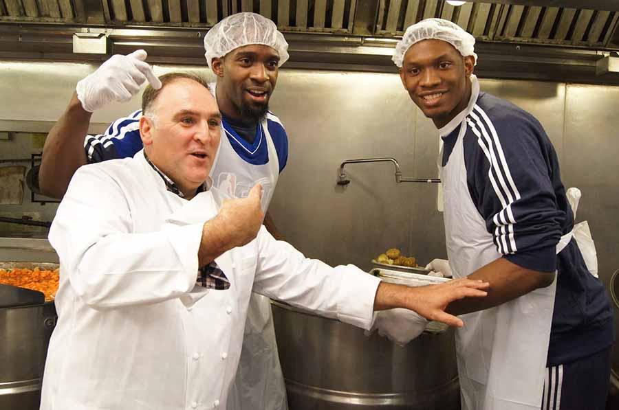chicos extranjeros negros trabajando en cocina de restaurante